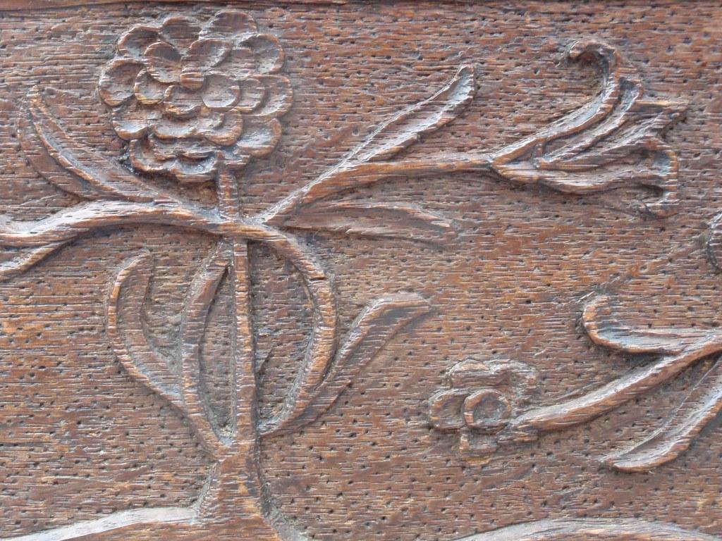 Antieke pijpenkist met kerfsnede en bloeiende planten